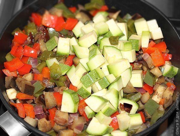 Запеченные в духовке яйца с овощами