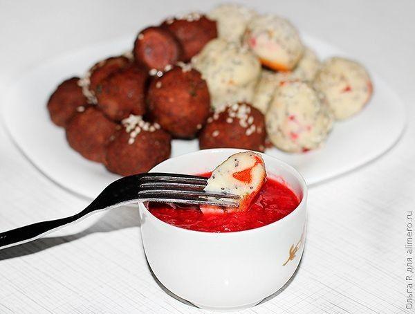 Творожные шарики с клубничным соусом