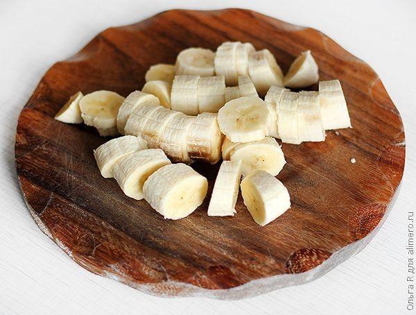 Смузи с бананом, вишней и брусникой