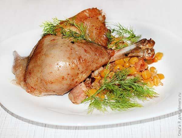 Курица, фаршированная кукурузой и пряными колбасками
