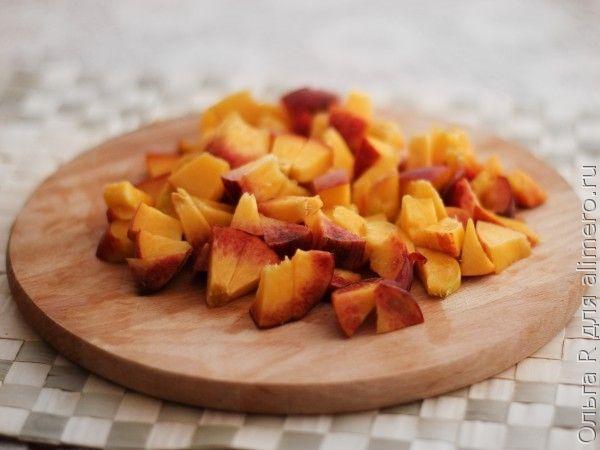 Фруктовый салат с персиками