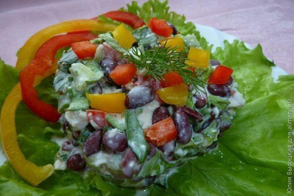 салат из фасоли с рукколой