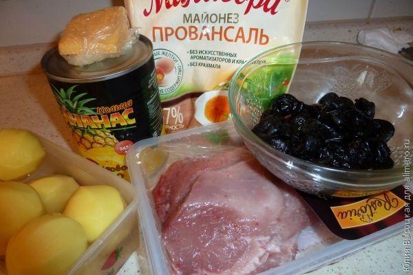свинина запеченая с ананасами и черносливом