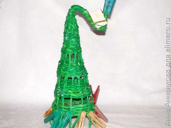 Необычная елочка из газетных трубочек