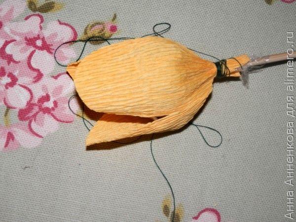 Распустившийся тюльпан из гофрированной бумаги