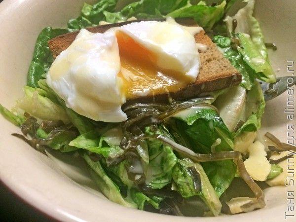 Зелёный салат с морской капустой и яйцом пашот