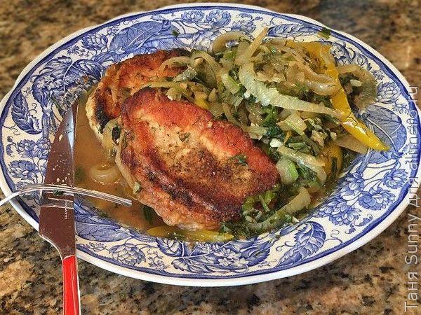 Стейк из свинины с гарниром из зелени