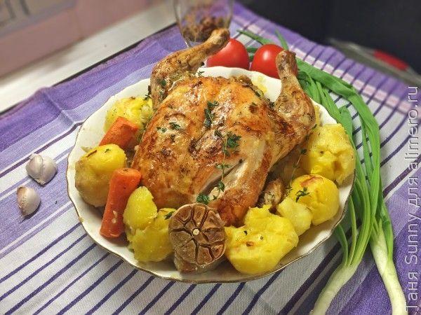 Целая курица в духовке с овощами и картофелем