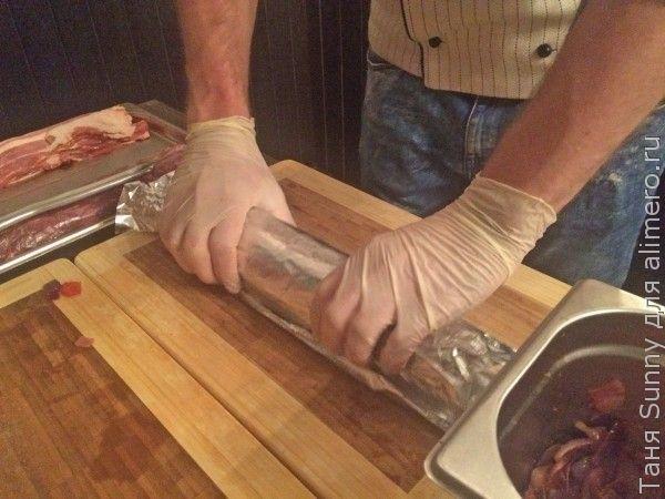 Мясной рулет с беконом и карамелизированным луком