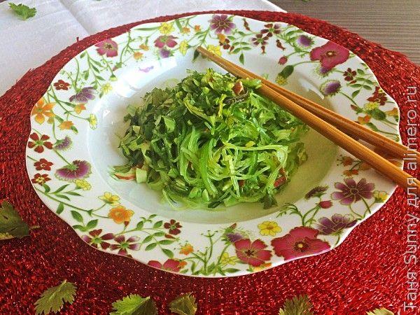 Салат с фунчозой, водорослями и крабовыми палочками