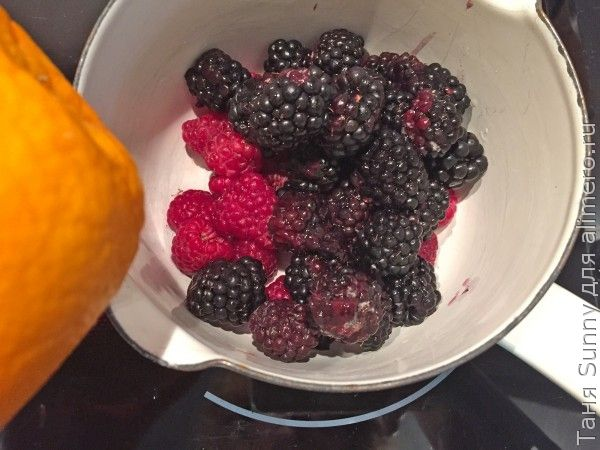 Взбитые сливки с ягодами и гранолой