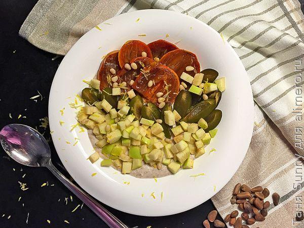 Гречка на завтрак с кедровыми орехами и фруктами