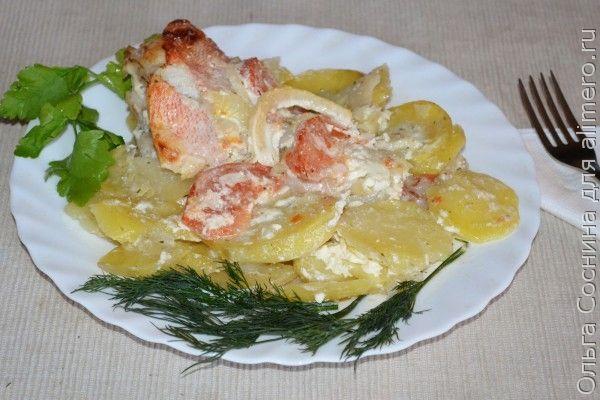 Морской окунь, запечённый с картофелем и луком в сметанном соусе