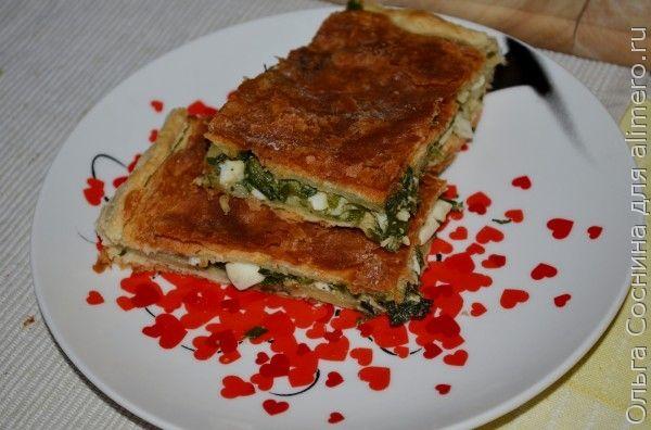 Пирог из слоёного теста с луком, крапивой и яйцом