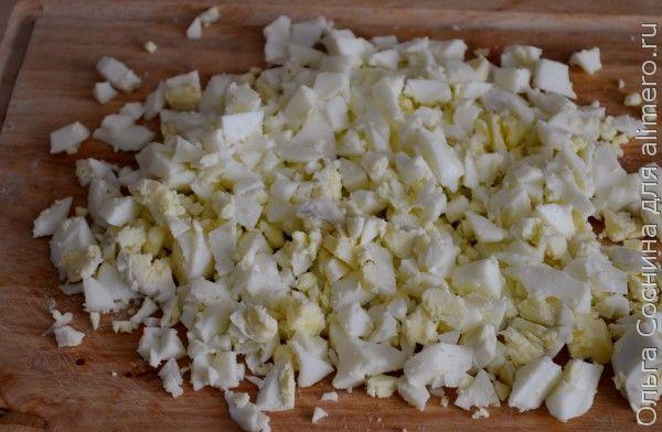 Закуска из молодых чесночных стрелок с сыром и яйцом