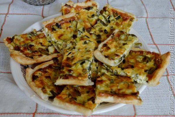 Открытый пирог с луком и сыром