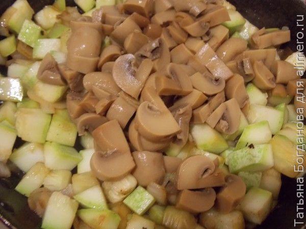 Кабачки с грибами и сметаной