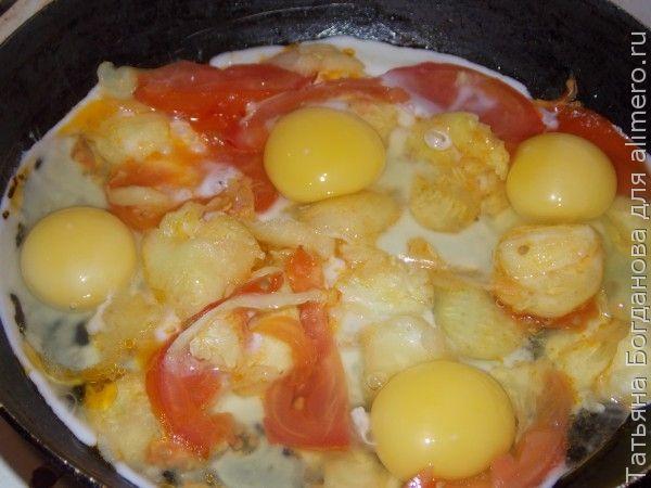 Яичница с кабачком и помидорами