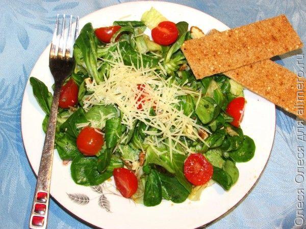 Зеленый салат с пармезаном
