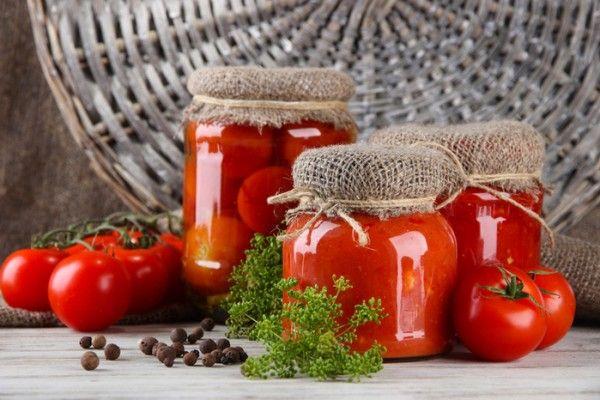 6.Поскольку помидоры плоды сочные, то их перед маринованием не замачивают, а лишь тщательно моют в холодной воде.
