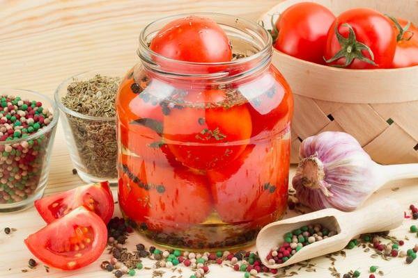 1.Какие помидоры подойдут для консервации? Вы удивитесь, но степень зрелости значения не имеет: и красные, и зеленые, и бурые, и розовые – все подойдут для консервирования. Главное, они должны быть без повреждений и пятен. Хороши плоды с плотной кожицей – они не лопнут при термической обработке и не раскиснут при хранении.