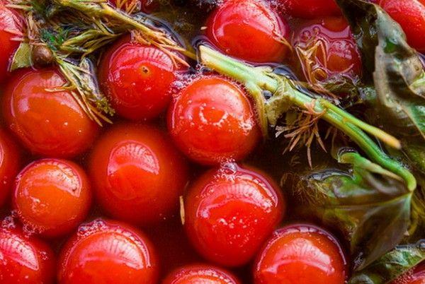 10.Рассчитываем количество маринада, для этого подготовленные помидоры следует вместе со всеми специями уложить в простерилизованные банки. На каждую банку нужно маринада в половинном объеме от емкости тары, плюс мл 200 воды на каждую литровую банку, на случай пролива маринада в процессе.