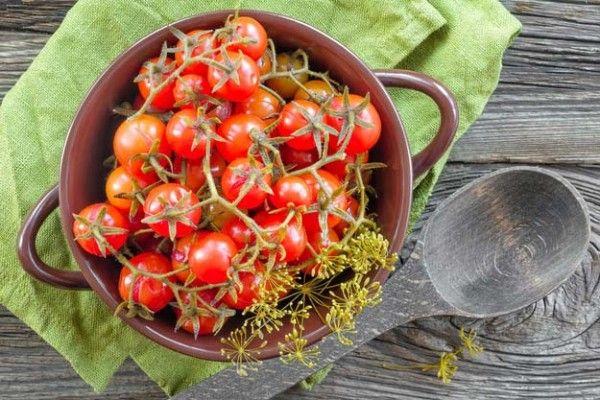 9.Хотите примерно рассчитать, сколько помидоров поместится в банку? Это довольно просто – их потребуется приблизительно ½ от объема банки. В литровую – 0,5-0,6 кг., в двухлитровую – 1,1-1,2 кг., в трехлитровую – 2-2,1 кг.