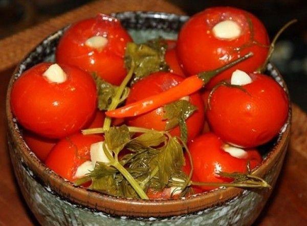 2.Если не хотите, чтобы кожица помидора при заливке лопнула, то не торопитесь укладывать томаты в банку, сначала проколите  плоды у плодоножки и у попки зубочисткой.