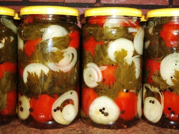 5.Если добавить к помидорам пару-тройку мясистых колец репчатого лука, то результат получится более острым и ароматным.