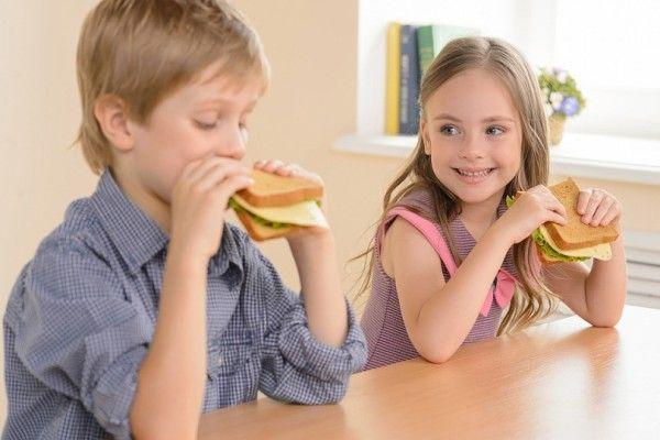 7. Бутерброд. Вот только вместо сильно пахнущей и не очень полезной калбасы можно положить на хлеб запеченное мясо или курицу.