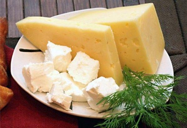 9. Сыр. В качестве перекуса подойдет и твердый нежирный сыр – он очень сытный и вкусный. К тому же содержит необходимый детскому организму кальций.