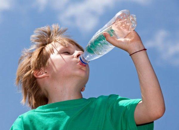 16. Напиток. При всем разнообразии перекусов важно не забывать и о питье, поэтому, чтобы малыш не соблазнялся вредной газировкой, положите ему с собой питье, это может быть и простая вода, и морс, и компот.