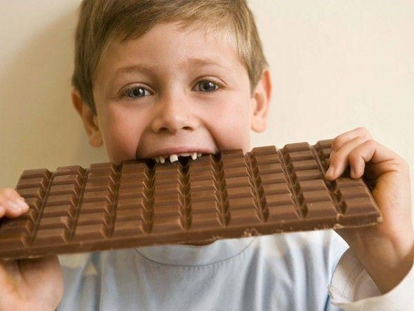 14. Конфета или шоколад. Если вдруг вы не подготовились заранее ( ну мало ли, бывает), то в крайнем случае вам придет на помощь шоколад –  он даст мозгу ребенка необходимую подпитку, но голод утолит совсем ненадолго.
