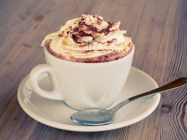 16.Какао на молоке. Не будем забывать и о напитках. Лучшим выбором будет какао, сваренное на молоке (молока побольше, какао поменьше) -  дети его очень любят. Самое приятное свойство какао – это улучшать настроение. В ответ на поступление в организм какао вырабатывается гормон радости эндорфин, поэтому чашечка этого напитка так хорошо помогает справиться со стрессом, а ведь это так важно перед сложным днем в школе.