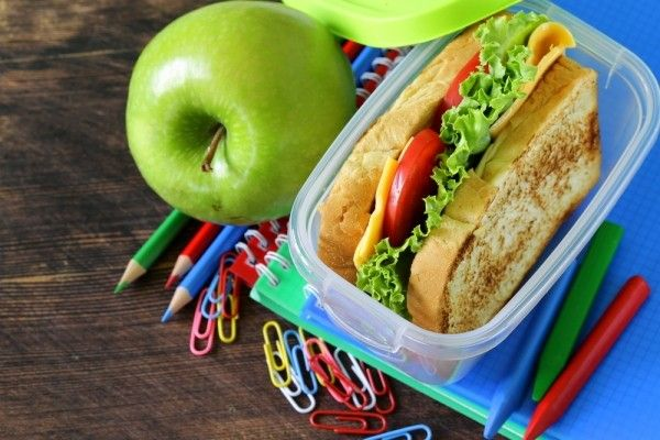 11.Сэндвич. Все равно от них вечно спешащим хозяйкам никуда не деться. Но если заменить белую булку на черный хлеб или вообще хлебец, а вместо колбасы положить на него кусок языка или отварного мяса, то позволять ребенку есть такой сэндвич на завтрак раз в неделю можно, вреда для организма не будет.