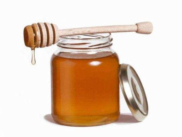 9. Декристаллизируем мед. Если мед кристаллизовался внутри банки, используйте микроволновку, чтобы размягчить его. Открытую банку отправьте в печь на 30-60 секунд. Это сделает мед жидким и вернет ему хорошую консистенцию.