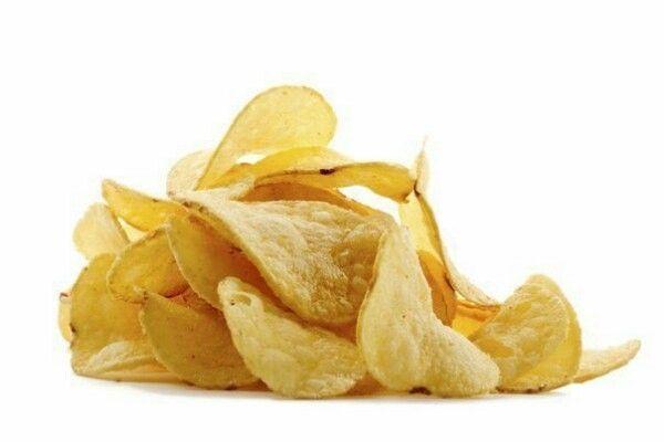 3. Подсушиваем чипсы. Если картофельные чипсы потеряли хруст, насыпьте их на кухонное полотенце и отправьте в микроволновку на 30 секунд. Если есть необходимость, повторите процедуру. Полотенце впитает влагу, и хрусткость чипсов восстановится.