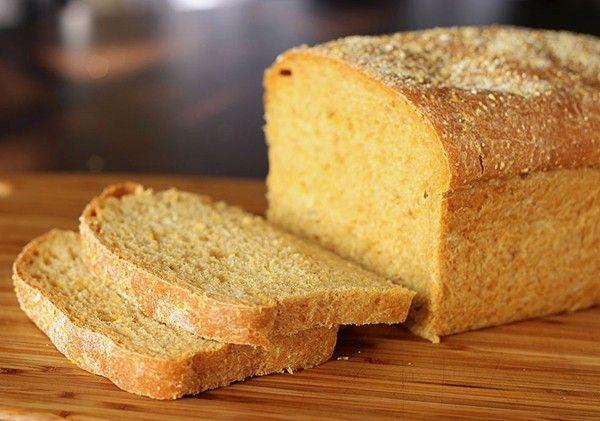 2. «Обновляем» хлеб. Накройте хлеб влажным полотенцем и отправьте его в микроволновку на 10 секунд. Повторяйте процедуру до того времени, пока не получите желаемый результат.