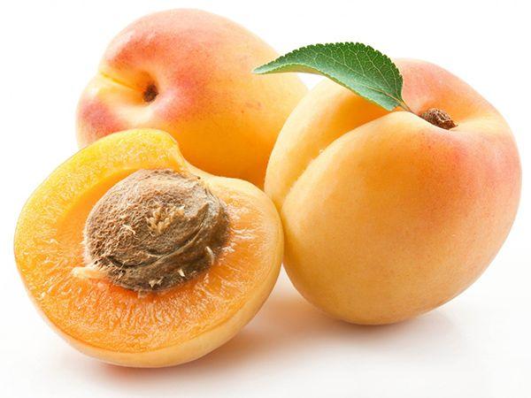 Абрикосы. Всего 42 калории на 100 граммов! И к тому же этот фрукт предотвращает утренние отеки!