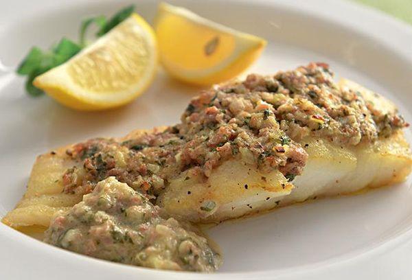 Треска. Треска относится к классу тощих морских рыб и содержание жира в ней ничтожно: 0,6 граммов на 100 граммов продукта. При этом содержание белка в треске вполне сопоставимо с мясными продуктами. Так что это один из лучших диетических белковых продуктов.