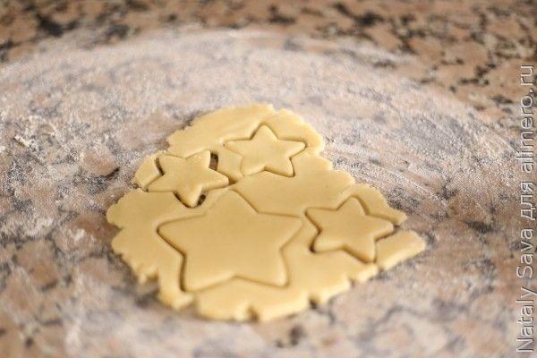 Печенье с глазурью. Вырезаем из теста печенье.