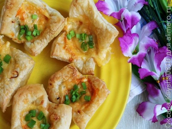 Закусочные слоёные корзиночки с колбасой, сыром и маринованным огурцом