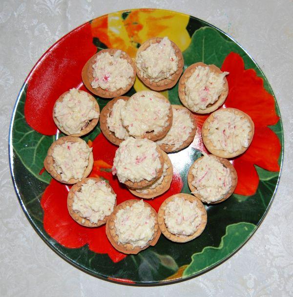 Тарталетки с сыром и крабовыми палочками