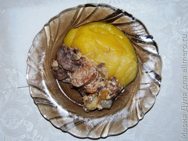 Грибы, тушёные в сметане, с картофельно-тыквенным пюре