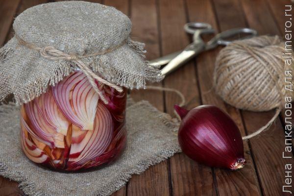 Незаменимая закуска — хрустящий маринованный лук для салатов и не только
